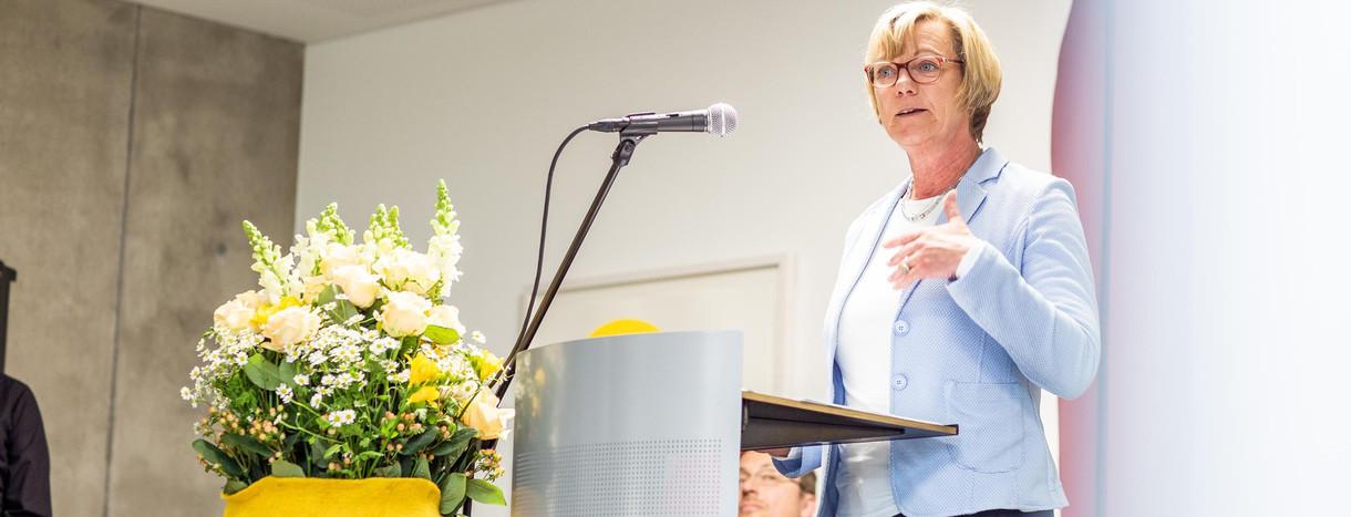 finanzministerin edith sitzmann bei der ubergabe des interdisziplinaren tumorzentrums des universitatsklinikums freiburg foto britt