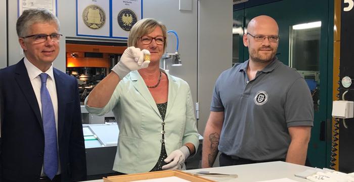 Finanzministerin Sitzmann Prägt 100 Euro Goldmünze Unesco Welterbe